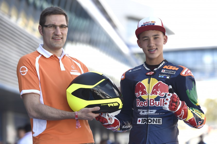 06schu17_red_bull_motogp_rookies_cup_1_schuberth_ceo_jan-christian_becker_with_meikon_kawakami.jpg