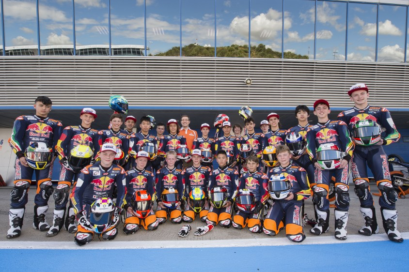 06schu17_red_bull_motogp_rookies_cup_2_with_schuberth_sr2.jpg
